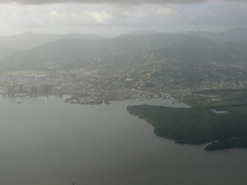 Blick auf Port of Spain beim Anflug mit Conviasa auf den Piarco International Airport