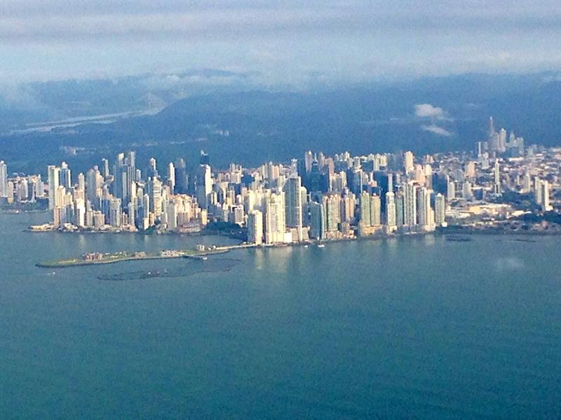 Ausblick auf Panama City während unseres Fluges von Santo Domingo nach Panama City moit Copa Airlines