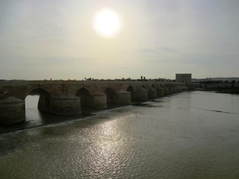 Blick über den Rio Guadalquivir auf die Puente Romano