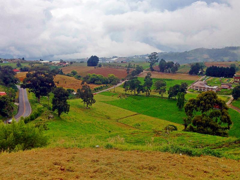 Ausblick von der Straße auf die Gebirgslandschaft rund um Cartago