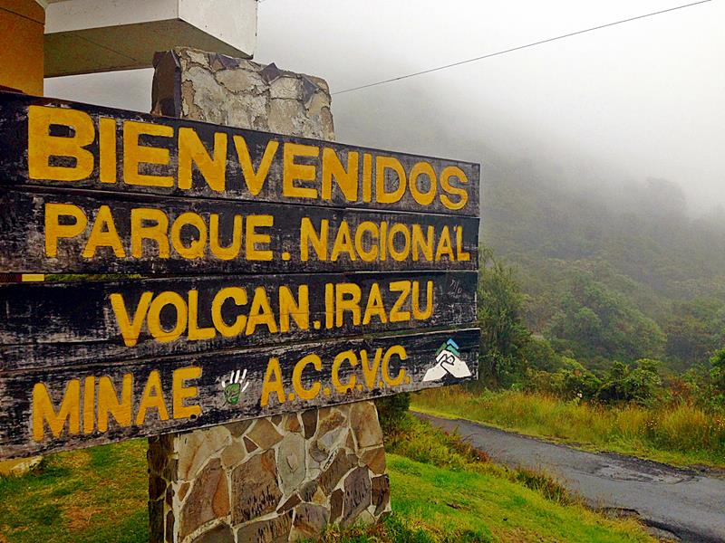 Eingang zu einem von Costa Rica Nationalparks, dem Irazu-Vulkan