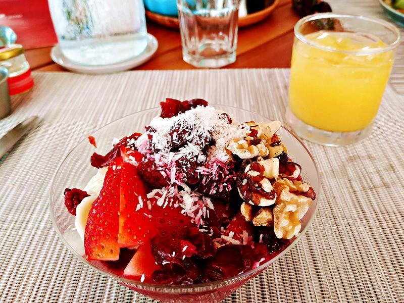 Ein leckeres Acai Bowl Frühstück im Gilded Iguana Hotel in Nosara