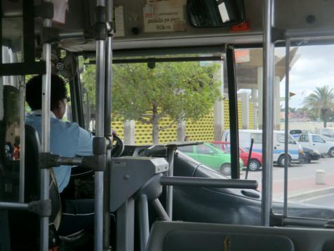 Bus mit interessantem Einstieg auf dem Weg nach Willemstad