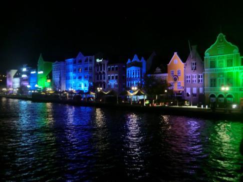 Blick von der Queen Emma Bridge auf die Handelskade bei Nacht