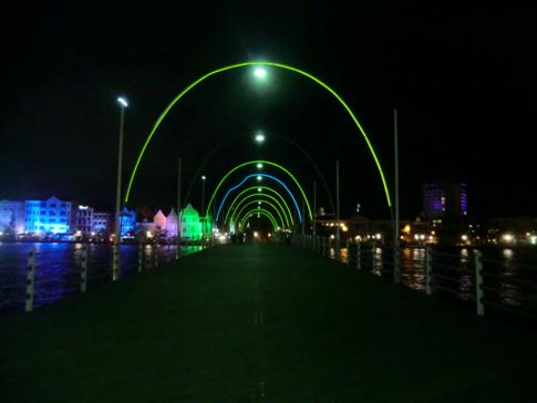 Die Queen Emma Bridge in Willemstad am Abend