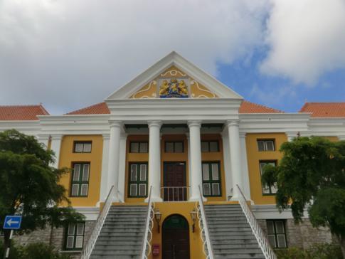Das Rathaus von Willemstad in Curacao am Wilhelminaplein