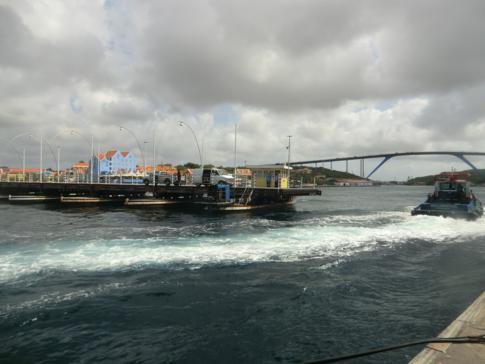 Die Queen Emma Bridge zwischen Punda und Otrobanda