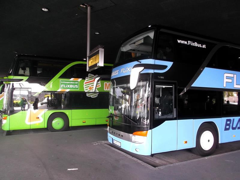 Der Zentrale Omnibusbahnhof in München mit Bussen von Flixbus und MeinFernbus