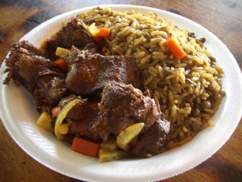 Leckeres karibisches Mittagessen: Pork Stew mit Rice and Peas