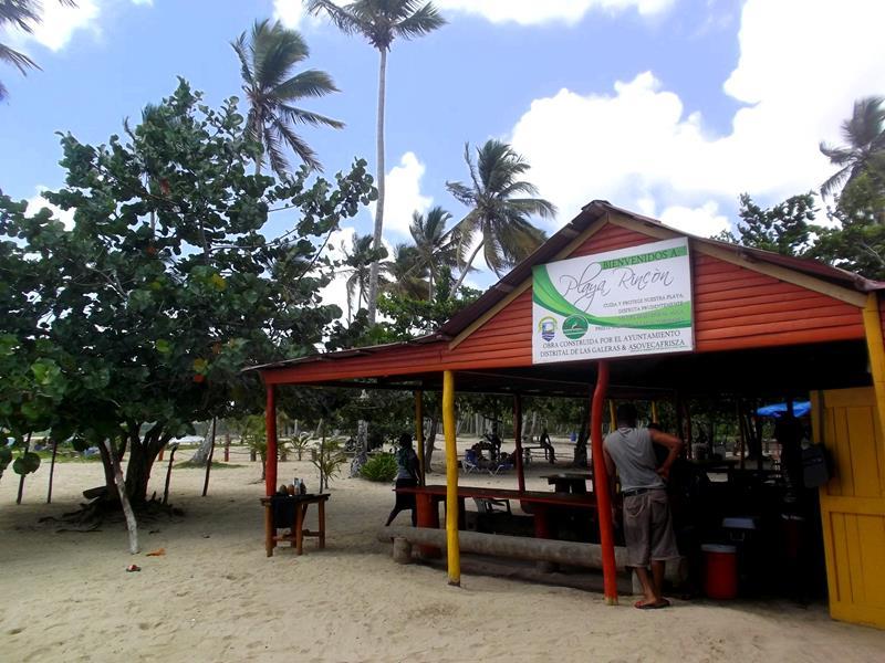 Eines der Strand-Restaurants am langen Playa Rincon