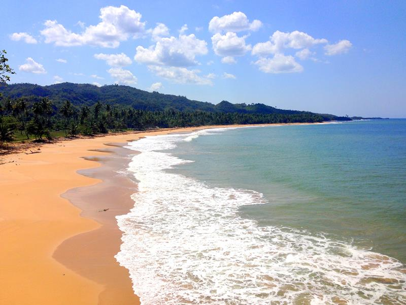 Blick auf den menschenleeren Strand Playa Las Canas auf der Halbinsel Samaná