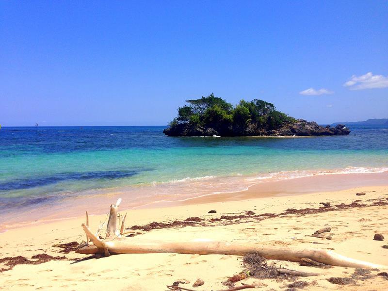 Der abgelegene Strand Playa Ermitano II auf der Halbinsel Samaná in der Dominikanischen Republik