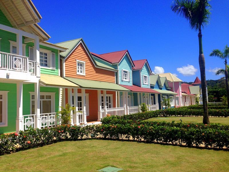 Die Promenade von Santa Barbara de Samaná mit seinen bunten Häusern