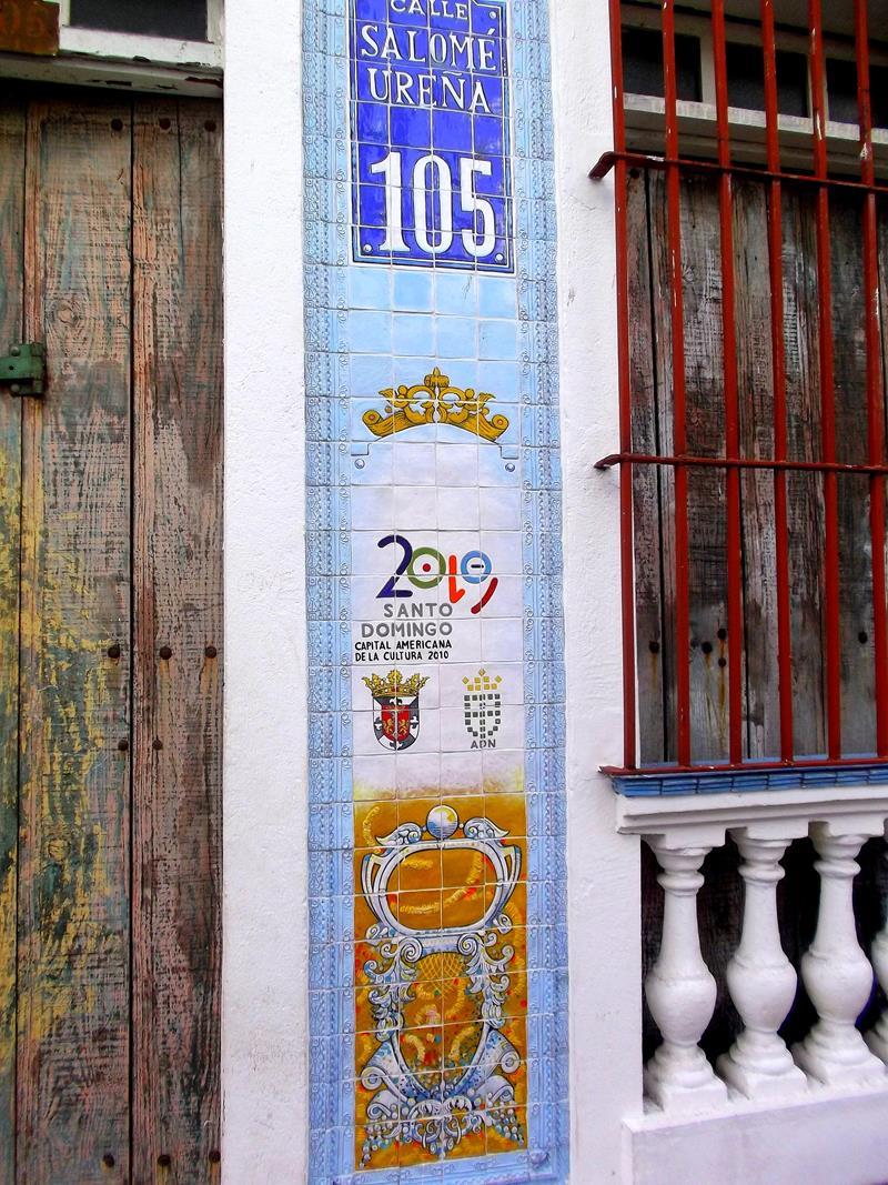Detailreiche Straßengestaltung in der Zona Colonial von Santo Domingo