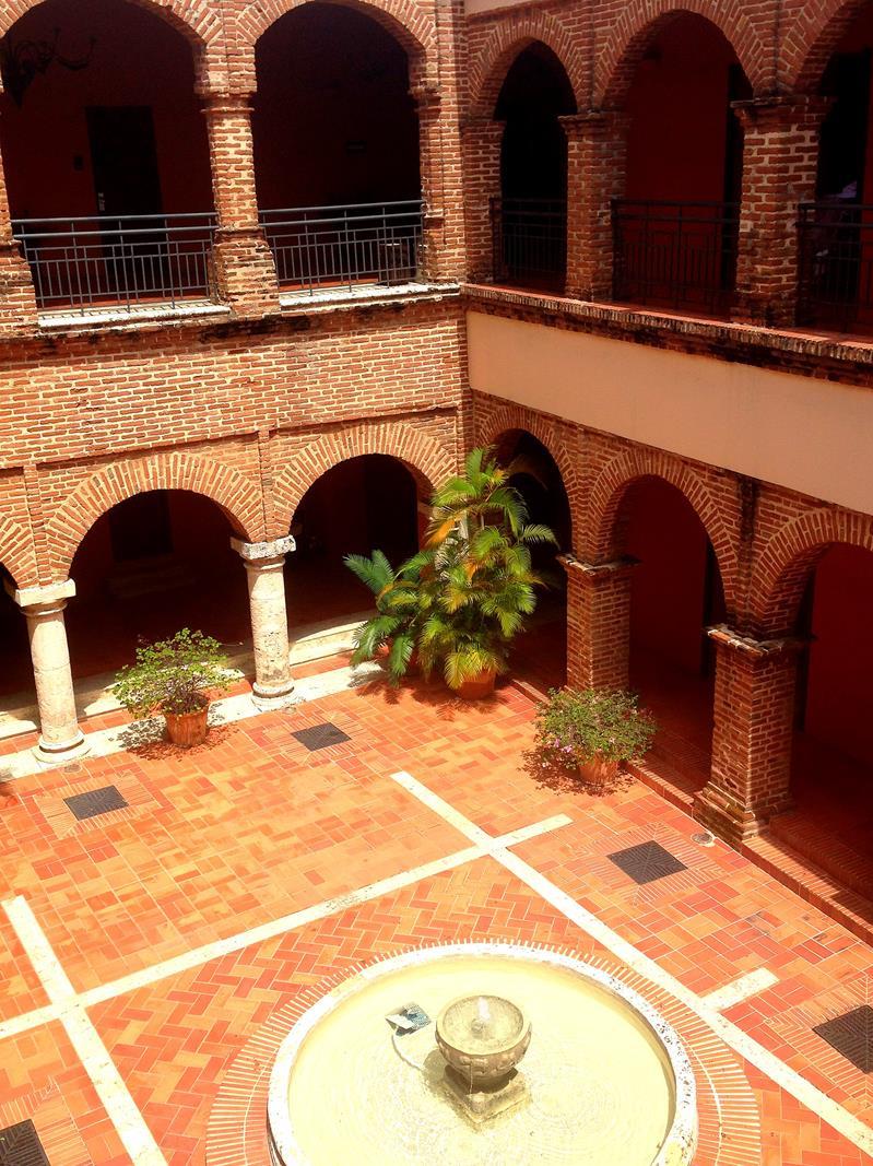 Das Hotel Nicolas de Ovando mit einem hübschen historischen Innenhof