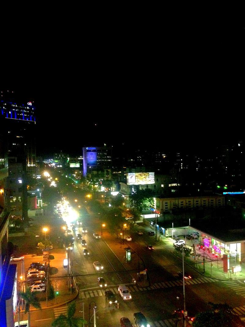Blick bei Nacht auf das Finanzviertel Piantini