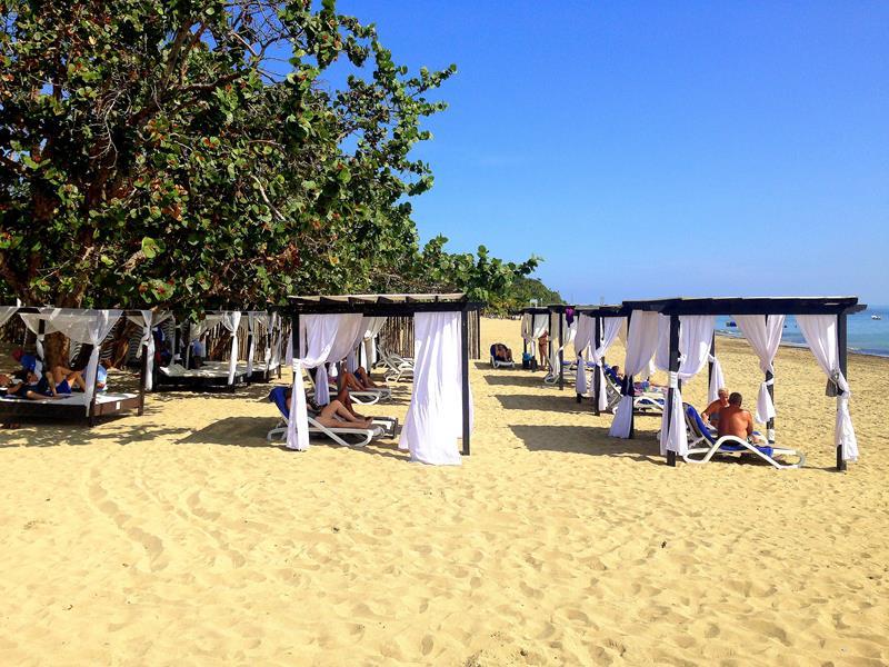 Hübsche Bali Beds am Strand der Playa Dorada