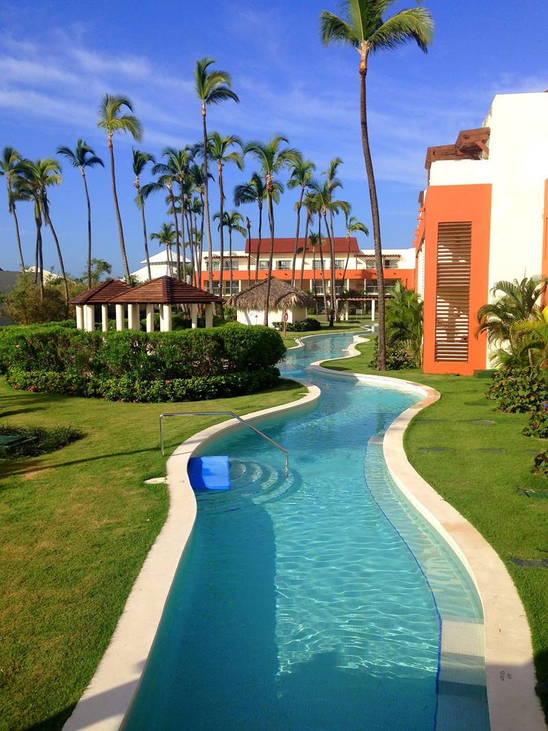 Poolanlage im breathless Resort Punta Cana in Uvero Alto