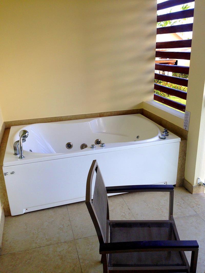 Außenjacuzzi auf jedem Balkon im All-Inclusive Resort breathless Punta Cana
