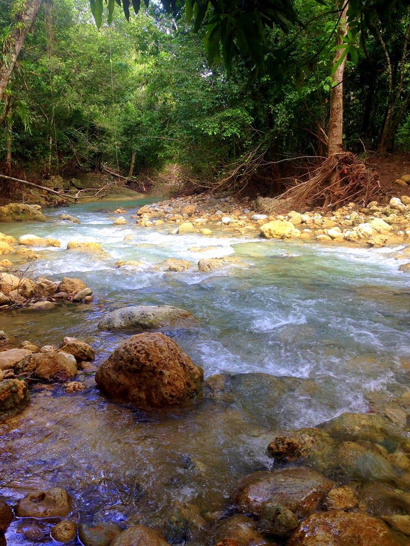 Ein gemütliches Flüsschen fließt zum Salto El Limon