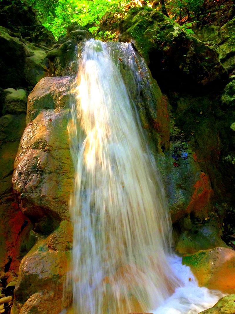 Der Wasserfall bei der Cueva de la Virgen im Südwesten der Dominikanischen Republik