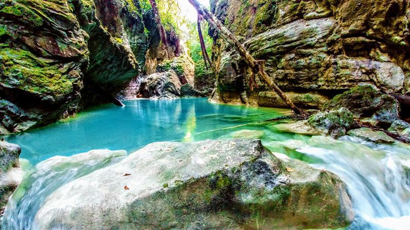 Der azurblaue Rio Partido in der Cordillera Septentrional