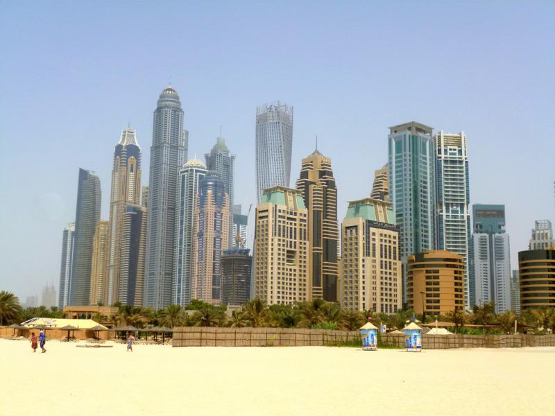 Die Skyline von Dubai an einem der Strände der Stadt