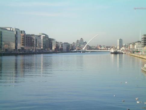 Blick über den River Liffey auf die Samuel Beckett Bridge