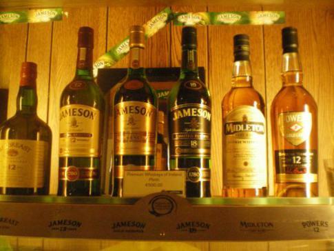 Edle Flaschen im Souvenirshop der Jameson-Destillerie
