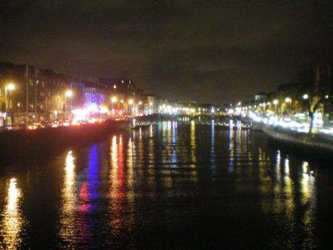 Dublin bei Nacht am River Liffey