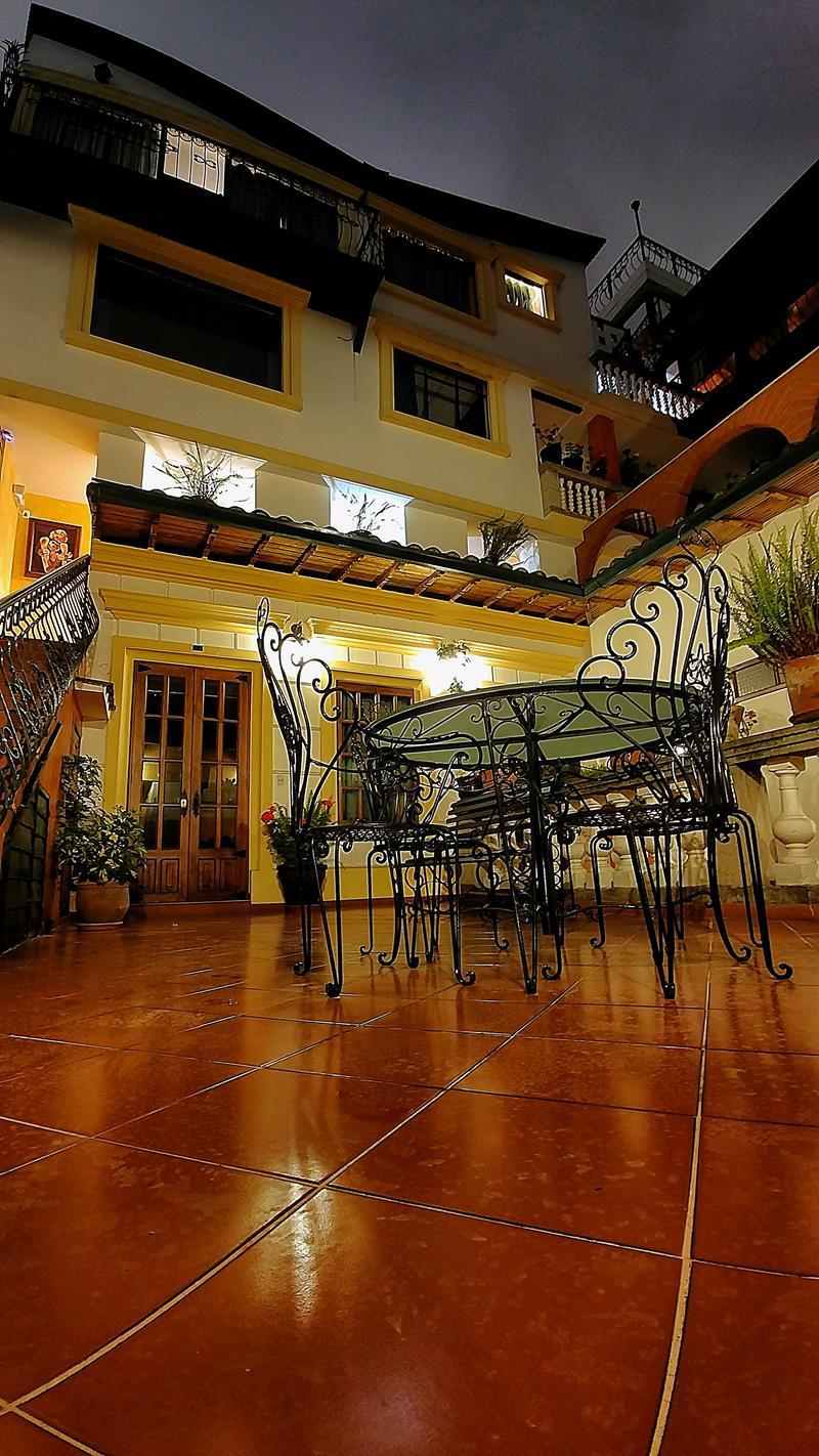Ein weiterer Innenhof im San Francisco de Quito Hotel in Ecuador