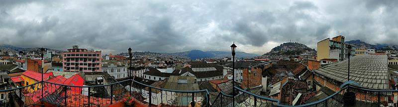 Panoramablick über Quito von der Dachterrasse des San Francisco de Quito Hotel