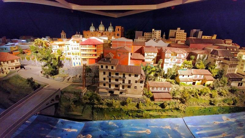 Ein Modell der Stadt Cuenca im Mitad del Mundo