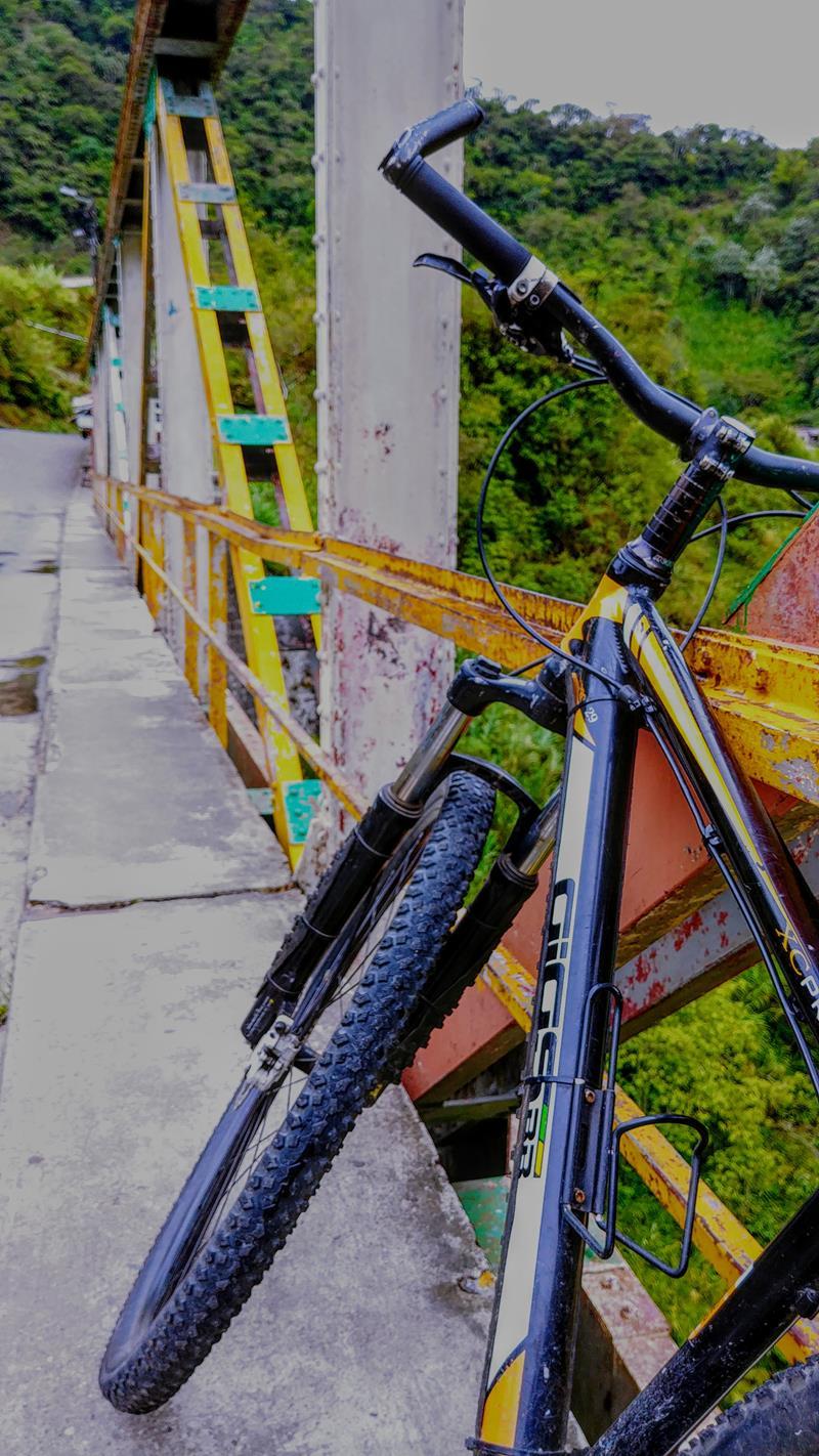 Mit dem Mountainbike entlang der Ruta de las Cascadas in Banos, Ecuador