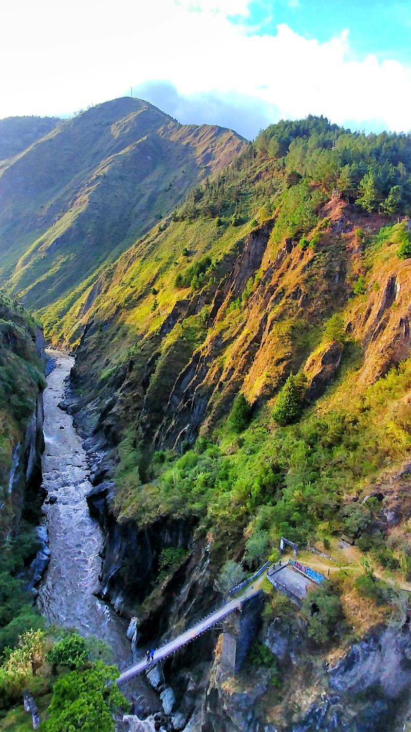 In das Tal des Rio Pastaza kann man sich in Baños per Bungee-Sprung un Puenting nach unten stürzen