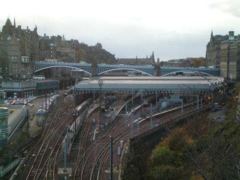 Die Waverley Station im Zentrum von Edinburgh