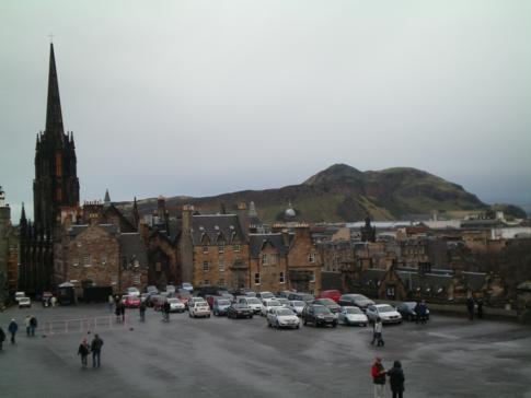 Blick vom Edinburgh Castle auf den Vorplatz, The Hub und auf Arthurs Seat