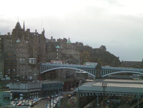 Blick von der Regent Road auf Waverley Station und Edinburgh Castle