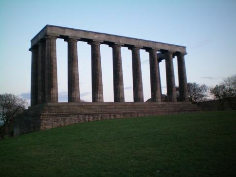Das National Monument auf dem Calton Hill in Edinburgh
