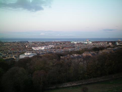 Ausblick vom Calton Hill auf Edinburgh, die Hauptstadt von Schottland