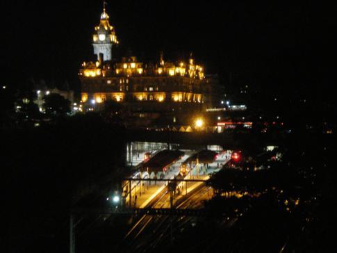 Das monumentale Balmoral Hotel in Edinburgh bei Nacht