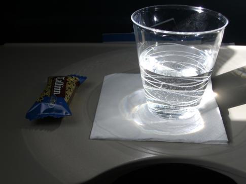 Getränk und Mini-Snack während eines Kurzstreckenflugs mit Estonian Air