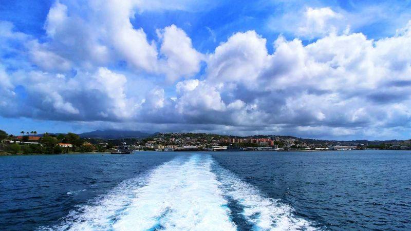 Die Hafenausfahrt von Fort-de-France mit Express des Iles