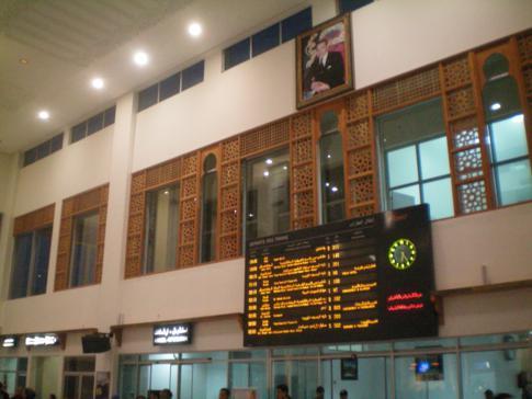 Der moderne und zentrale Bahnhof von Fez