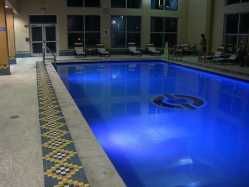 Der schön beleuchtete Pool im Miccosukee Resort and Casino
