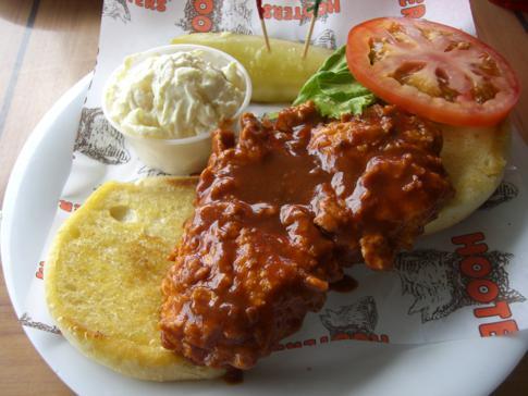 Typisches Essen bei Hooters, der typisch orangenen Restaurantkette