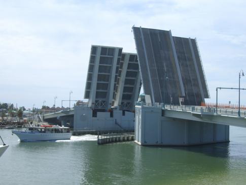 Eine Klappbrücke in Madeira Beach