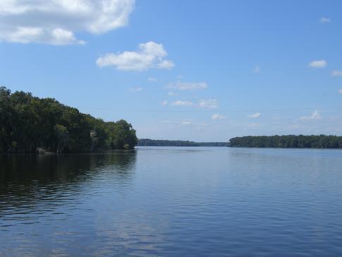 Blick auf den Seitenarm des Lake George während der Überfahrt mit der Fort Gates Ferry