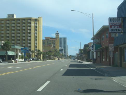 Die lange Durchgangs- und Hauptstrasse von Daytona Beach