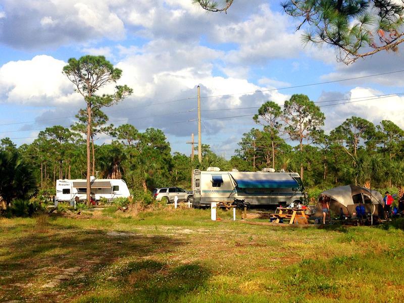 Campen mit Wohnmobil und Zelt im Jonathan Dickinson State Park